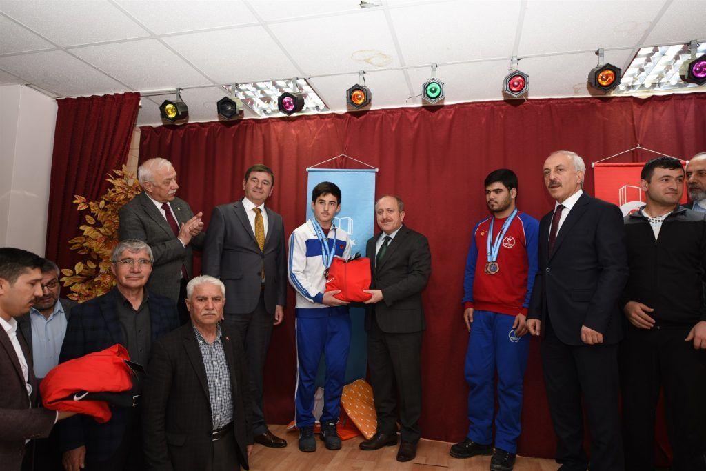 Gül ve Karadağ başarılı sporcuları ödüllendirdi