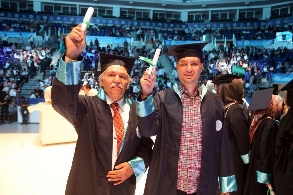 64 yaşındaki doktor baba, bir de oğlu ile mezun oldu
